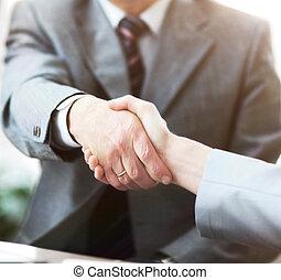 Geschäftsleute schütteln sich die Hände und beenden ein Treffen.