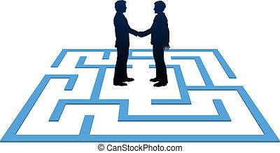 Geschäftsleute treffen sich und finden Labyrinthlösung