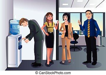 Geschäftsleute unterhalten sich in der Nähe eines Wasserkühlers.
