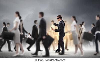 Geschäftsmänner mit verbundenen Augen unter Menschengruppen