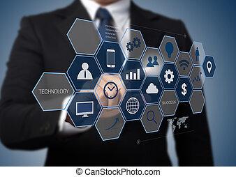 Geschäftsmann arbeitet mit moderner Computerschnittstelle als Informationstechnologiekonzept.