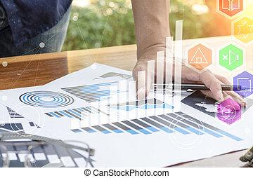 Geschäftsmann Handarbeit mit der neuen modernen Computer- und Business-Strategie als Konzept.