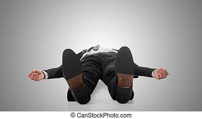 Geschäftsmann liegt auf dem Boden.