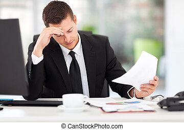 Geschäftsmann liest Dokumente