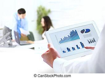 Geschäftsmann mit digitalen Tablets im Amt
