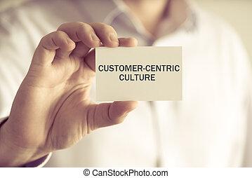 Geschäftsmann mit KUSTOMER-CENTRIC CULTURE Message Card.