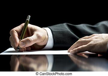 Geschäftsmann schreibt einen Brief oder unterschreibt.