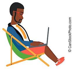 Geschäftsmann sitzt in Chaise Lounge mit Laptop.
