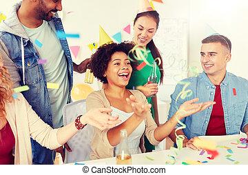 geschäftsmitarbeiter, spaß, party, haben, glücklich