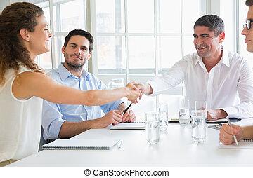 Geschäftspartner schütten die Hand.