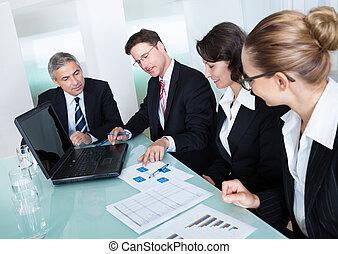 Geschäftstreffen zur statistischen Analyse