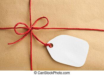 Geschenkbox mit leerem Geschenk-Tag.