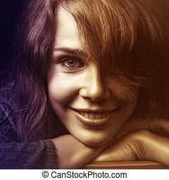 Gesicht einer glücklich lächelnden jungen Frau.