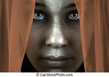 Gesicht einer schüchternen Frau mit schönen großen Augen.