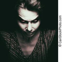 Gesicht einer unheimlichen Frau mit bösen Augen.