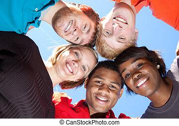 Gesichter lächelnder, multi-rassischer Studenten.