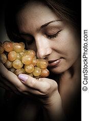 Gesunde Ernährung - Frau mit frischen Trauben