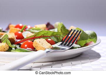 Gesundes Essen mit grünem Salat auf dem Tisch