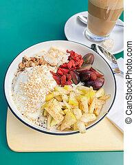 Gesundes Frühstück mit frischem Obst und Kaffee.