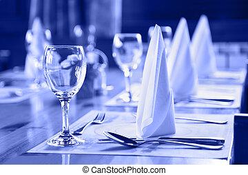 Gläser und Teller im Restaurant