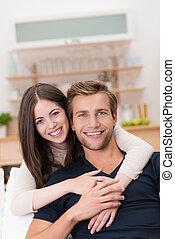 Glücklich lächelndes junges Paar