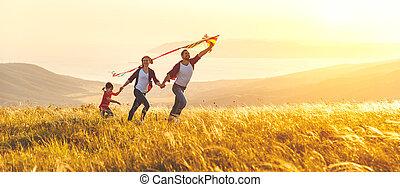 glücklich, sonnenuntergang, kind, stapellauf, familie, natur, mutter, vater, papier drache, töchterchen