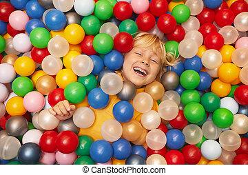 glücklich, spielende , junge, kugeln