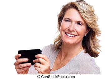 Glückliche ältere Frau mit einem Smartphone.