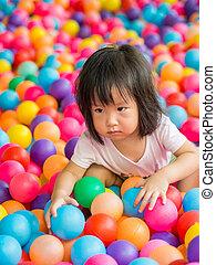 Glückliche Asiatin, die mit Eiern spielt.