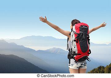 Glückliche Bergwandererin