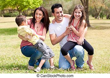 Glückliche Familie genießt es im Park