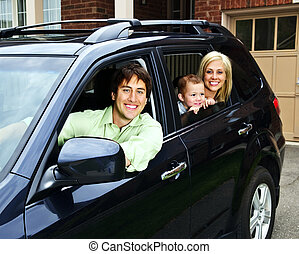 Glückliche Familie im Auto.