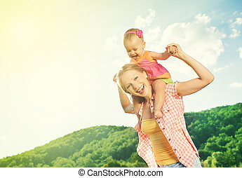 Glückliche Familie. Mutter und Tochter spielen auf der Natur