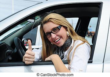 Glückliche Frau, die ein neues Auto fährt