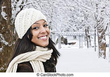 Glückliche Frau draußen im Winter