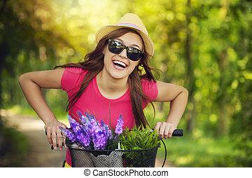 Glückliche Frau verbringt Zeit in der Natur