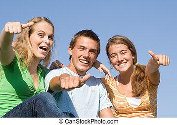 Glückliche Gruppe lächelnder Kinder mit Daumen hoch