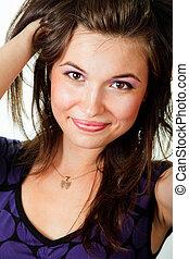 Glückliche junge Frau mit gesunden Haaren