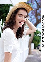Glückliche junge Frau mit Hut.