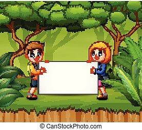 Glückliche Kinder mit leerem Zeichen im Wald.