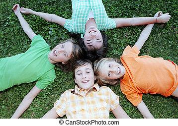 Glückliche Kindergruppe, im Sommercamp.