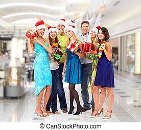 Glückliche Menschen mit Weihnachtsgeschenken.