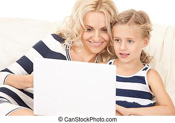 Glückliche Mutter und Kind mit Laptop-Computer.