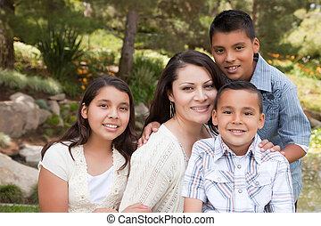 Glückliche Mutter und Kinder im Park