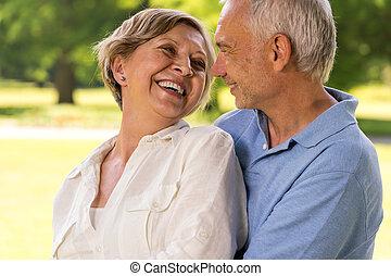 Glückliche Senioren, die zusammen lachen.