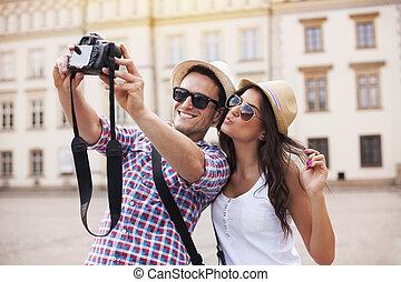 Glückliche Touristen, die sich fotografieren lassen
