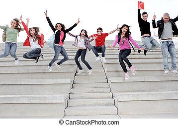 Glückliche Universitäten oder Highschool-Kinder, glücklich am Ende des Schuljahres