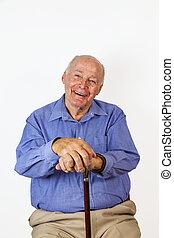 Glücklicher, alter Mann, der auf einem Stuhl sitzt.