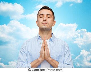 Glücklicher Mann, der betet.