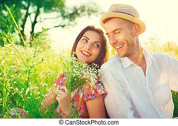 Glückliches junges Paar, das die Natur im Freien genießt.